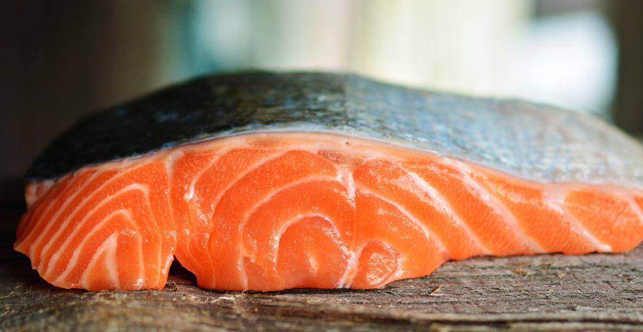 Frutta fresca di stagione, olio di cocco e salmone: cibi per perdere peso ed aiutare la salute